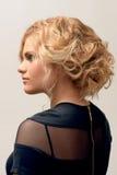 Blonde Frau mit Modemake-up und -frisur Lizenzfreie Stockbilder