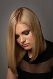 Blonde Frau mit Modemake-up und -frisur Lizenzfreie Stockfotografie