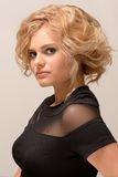 Blonde Frau mit Modemake-up und -frisur Stockfoto