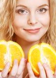 Blonde Frau mit Orangen in ihren Händen Lizenzfreies Stockfoto