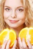 Blonde Frau mit Orangen in ihren Händen Stockfoto