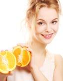 Blonde Frau mit Orangen in ihren Händen Stockbild