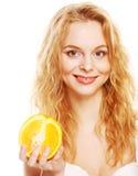 Blonde Frau mit Orangen in ihren Händen Stockfotos