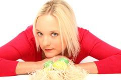 Blonde Frau mit Ostereiern Lizenzfreie Stockfotos