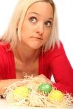 Blonde Frau mit Ostereiern Lizenzfreies Stockfoto