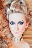 Blonde Frau mit Pelz Stockfoto