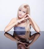 Blonde Frau mit Perlen Lizenzfreies Stockfoto