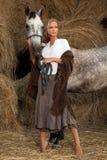 Blonde Frau mit Pferd Stockfotos