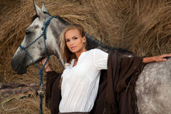 Blonde Frau mit Pferd Stockbild