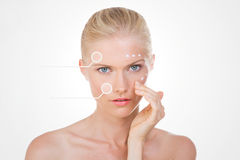 Blonde Frau mit Punkten auf ihrem Gesicht überprüft die Effekte ihres sa Stockbilder
