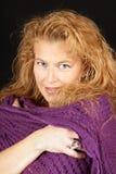 Blonde Frau mit purpurrotem Schal Lizenzfreie Stockbilder