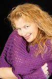 Blonde Frau mit purpurrotem Schal Stockbild