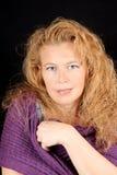 Blonde Frau mit purpurrotem Schal Stockfoto