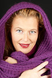 Blonde Frau mit purpurrotem woolen Schal Stockfotos