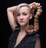 Blonde Frau mit Pythonschlange Lizenzfreie Stockbilder