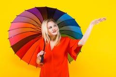 blonde Frau mit Regenschirm Stockfotos