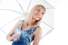 blonde Frau mit Regenschirm Stockfotografie