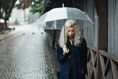 blonde Frau mit Regenschirm Lizenzfreie Stockbilder