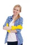 Blonde Frau mit Reinigungshandschuhen Stockfotografie