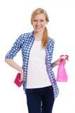 Blonde Frau mit Reinigungsmaterial Lizenzfreie Stockfotos