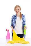 Blonde Frau mit Reinigungsmaterial Stockfoto