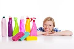 Blonde Frau mit Reinigungsmaterial Stockbilder