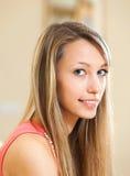 Blonde Frau mit reizend Lächeln Lizenzfreies Stockbild