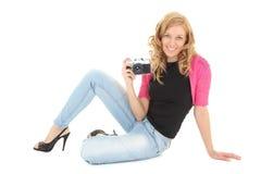 Blonde Frau mit Retro- Kamera Lizenzfreie Stockfotos