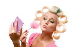 Blonde Frau mit Rollen Stockfotografie
