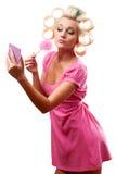 Blonde Frau mit Rollen Lizenzfreie Stockfotografie