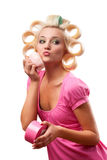 Blonde Frau mit Rollen Stockbild