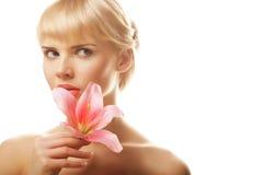 Blonde Frau mit rosa Lilie Lizenzfreies Stockfoto