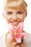 Blonde Frau mit rosa Lilie Stockbild
