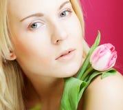 Blonde Frau mit rosa Tulpe Lizenzfreies Stockfoto
