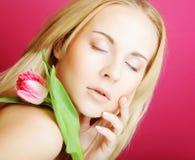 Blonde Frau mit rosa Tulpe Stockbilder