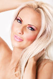 Blonde Frau mit rosafarbener Verfassung und den großen Lippen Lizenzfreie Stockfotos