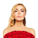 Blonde Frau mit rote Rosen-Blumen Lizenzfreie Stockfotografie