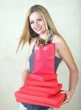 Blonde Frau mit rotem Geschenk Stockfotografie