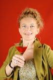 Blonde Frau mit rotem Getränk Lizenzfreies Stockbild
