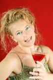 Blonde Frau mit rotem Getränk Stockbild