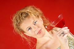 Blonde Frau mit rotem Getränk Stockfotos