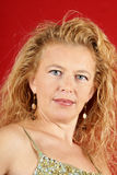 Blonde Frau mit rotem Getränk Lizenzfreie Stockfotografie
