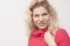 Blonde Frau mit rotem Kleid Stockfotografie