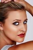 Blonde Frau mit rotem Lippenstift Stockbild