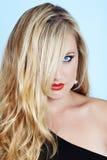 Blonde Frau mit rotem Lippenstift Stockfoto