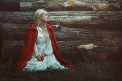 Blonde Frau mit rotem mit Kapuze Mantel Lizenzfreies Stockfoto