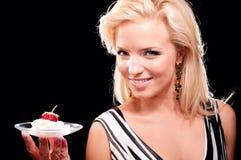 Blonde Frau mit saftiger Erdbeere Lizenzfreie Stockbilder