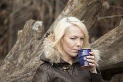 Blonde Frau mit schönen blauen Augen Stockfoto