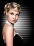 Blonde Frau mit schöner Frisur der Mode. Lizenzfreies Stockbild