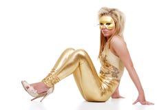 Blonde Frau mit Schablone und tragenden goldenen Hosen Stockfotos